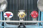 Exemplu: embleme ale unor cluburi auto atasate de radiatorul masinii